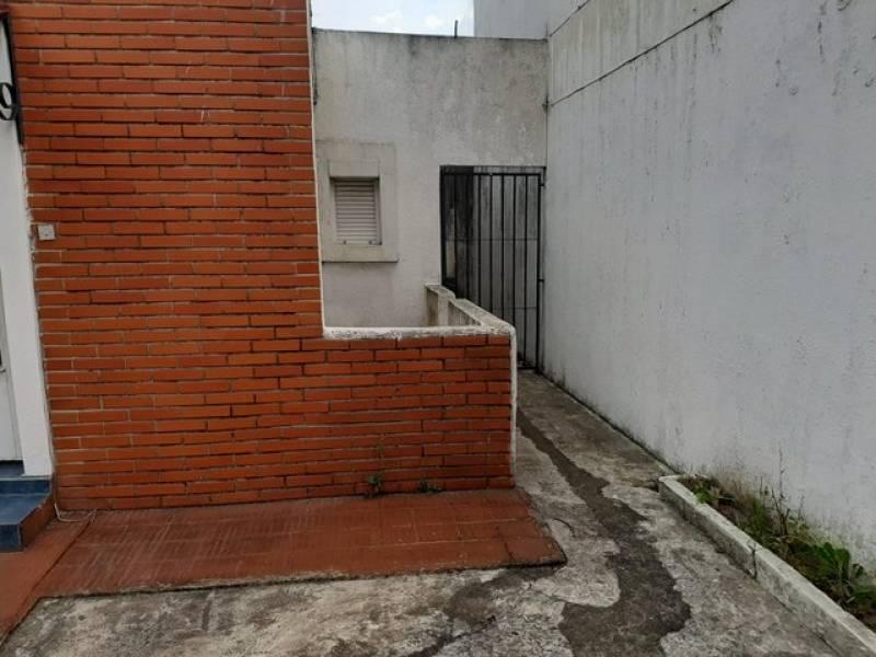 Entrada lateral peatonal
